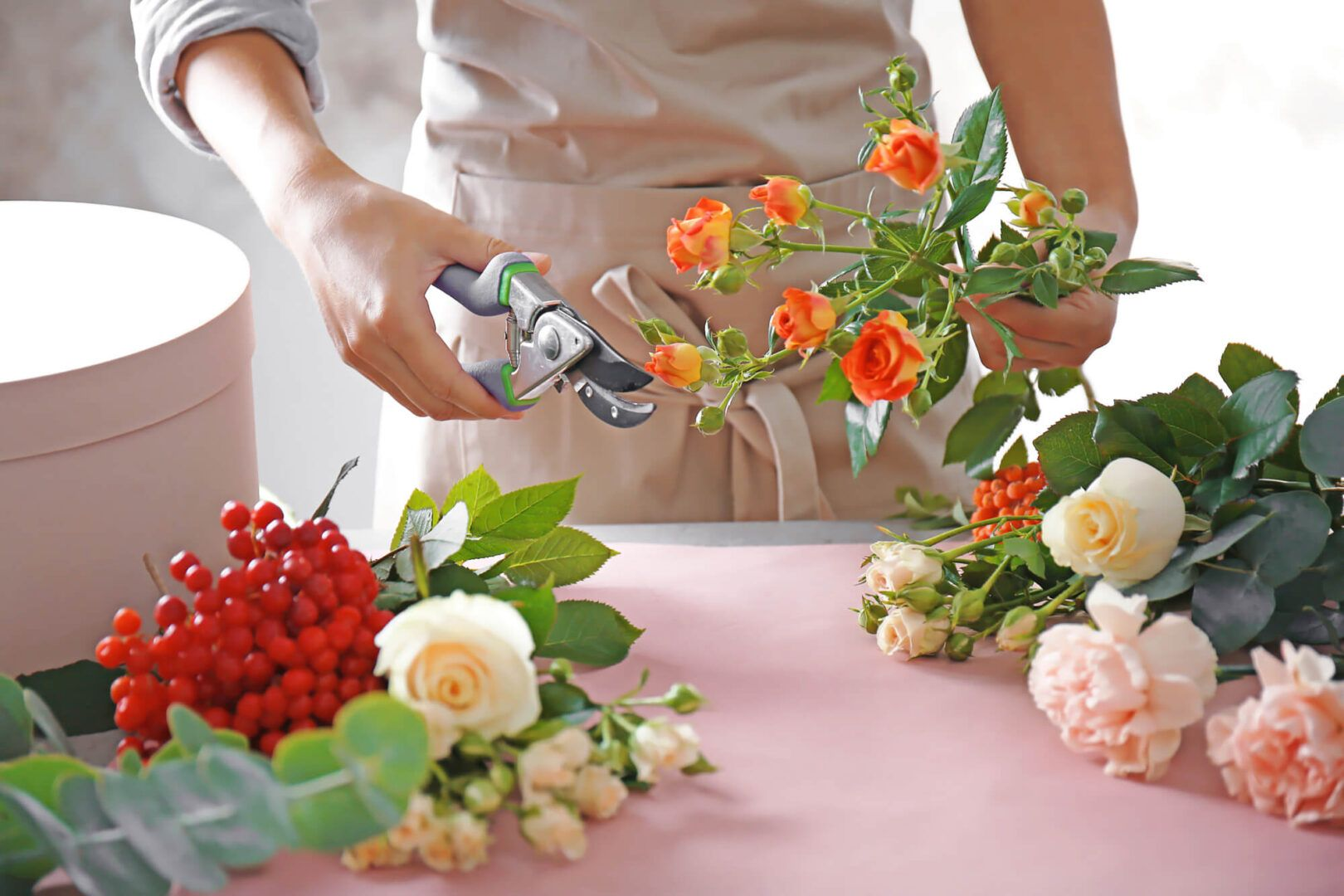 Como fazer arranjos de flores: decorando com flores naturais e artificiais